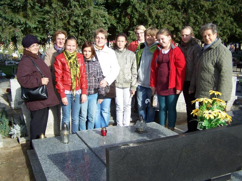 Wolontariusze na grobach