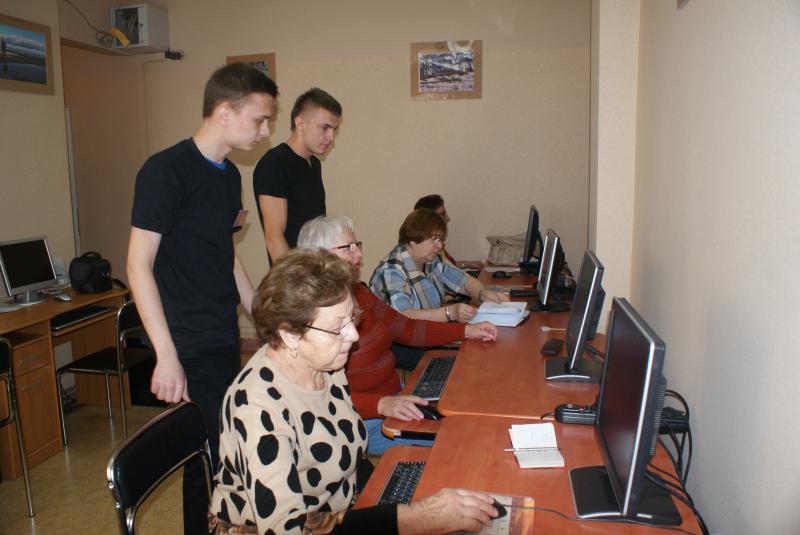 Korepetycje informatyczne dla seniorów prowadzone przez uczniów z Zespołu Szkół Ponadgimnazjalnych w Grodzisku Wielkopolskim