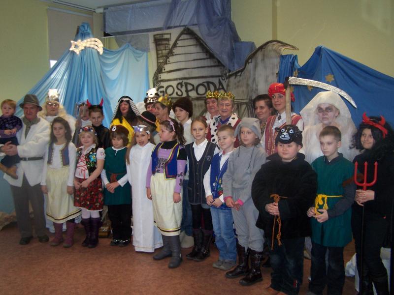Występ seniorów z koła teatralnego Prometeusz dla dzieci