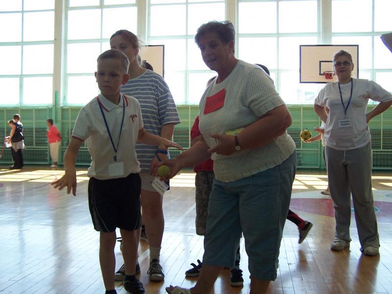 Wolontariusze z Domu Dziennego Pobytu Promessa na Olimpiadzie dzieci niepełnosprawnych.