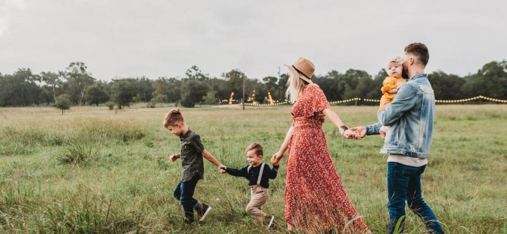zdjęcie rodziny na spacerze