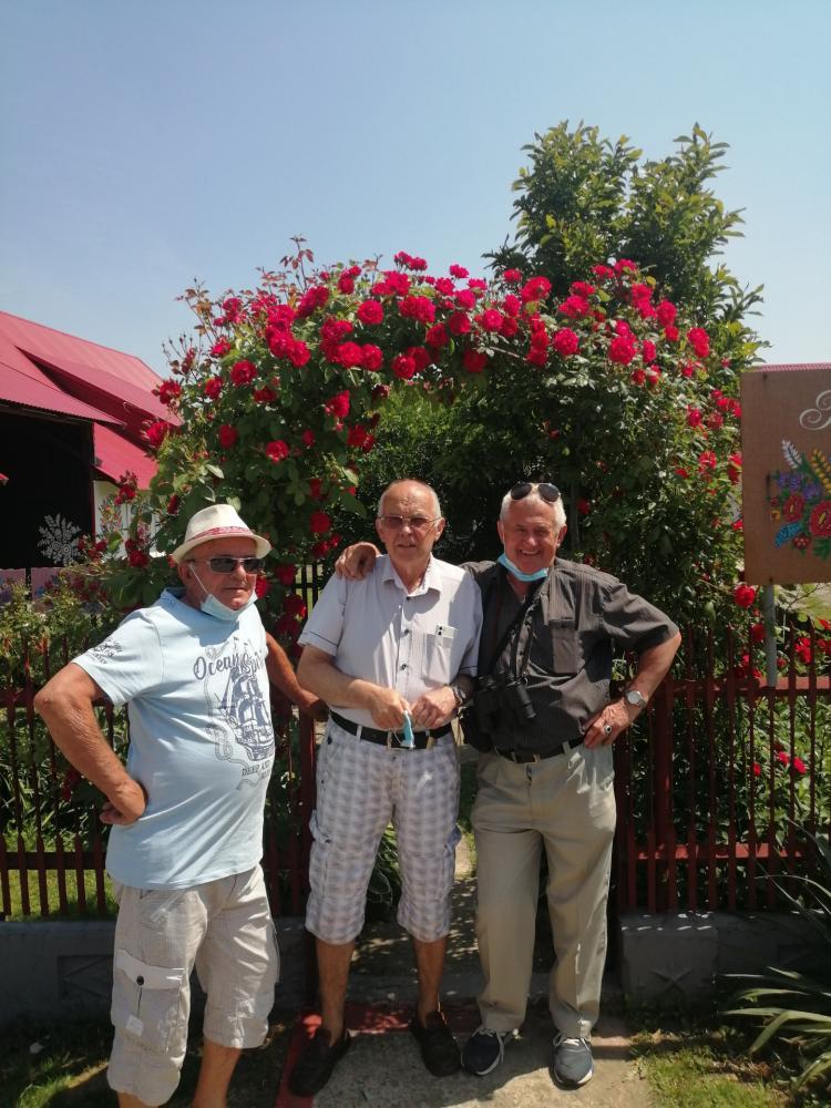 na zdjęciu znajduje się trzech mężczyzn
