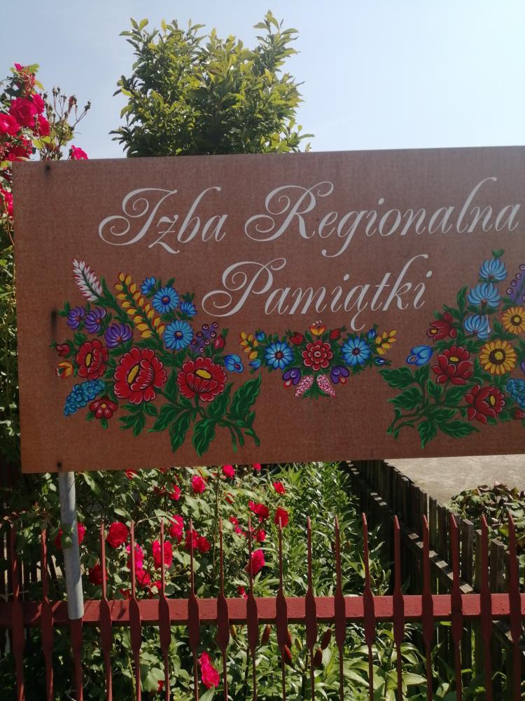 zdjęcie przedstawia tablicę z napisem Izba Regionalna Pamiątki