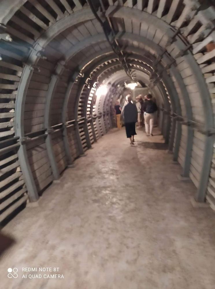 zdjęcie przedstawia podziemna trasę turystyczną