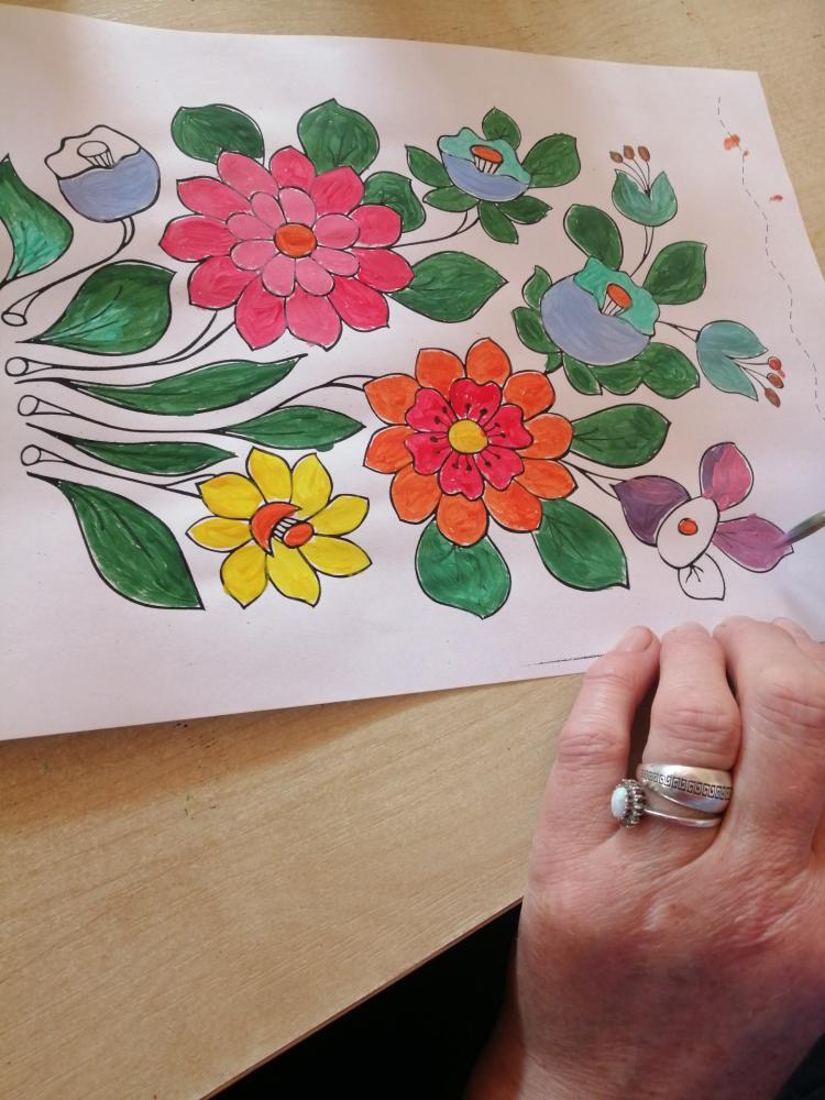 zdjęcie przedstawia obrazek z kwiatami pomalowany przez uczestnika wycieczki