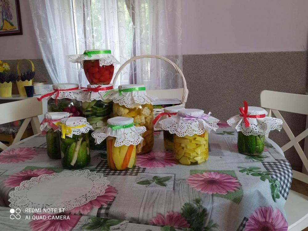 Słoiki leżące na stole  z  przetworami przygotowanymi przez seniorów  w Klubie Seniora