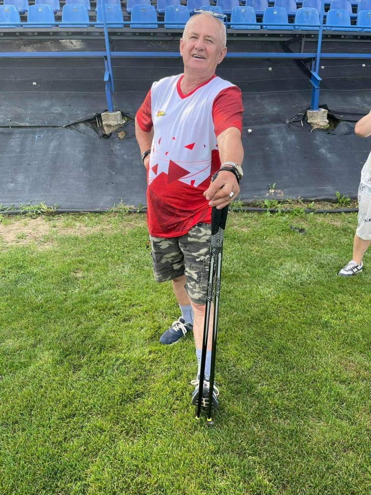 Mężczyzna stojący z kijami Nordic Walking