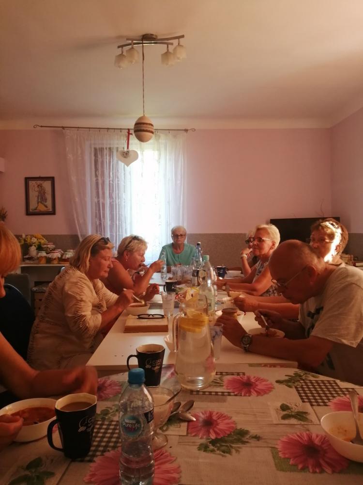 Senierzy z Klubu seniora jedzący posiłek.