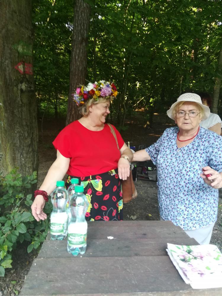 Stojące 2 kobiety, uśmiechnięte i bardzo radosne.