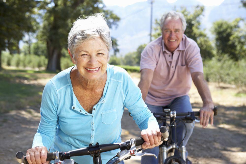 Kobieta i mężczyzna jadący na rowerze.