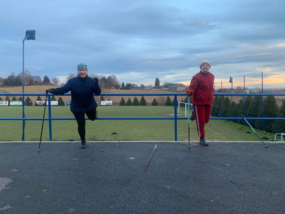 zdjęcie przedstawia dwie ćwiczące kobiety