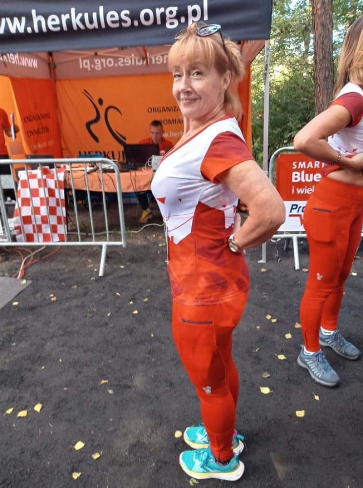 zdjęcie przedstawia kobietę w stroju sportowym