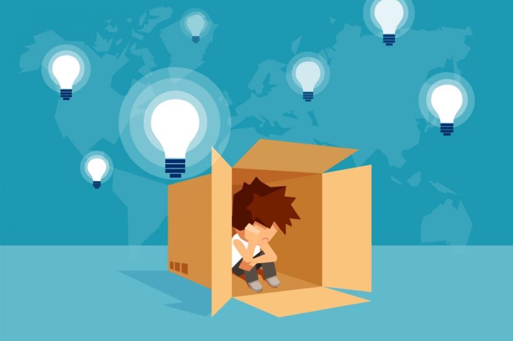 Ilustracja małego chłopca siedzącego w kartonie. Wokół kartona mocno świecace żarówki.