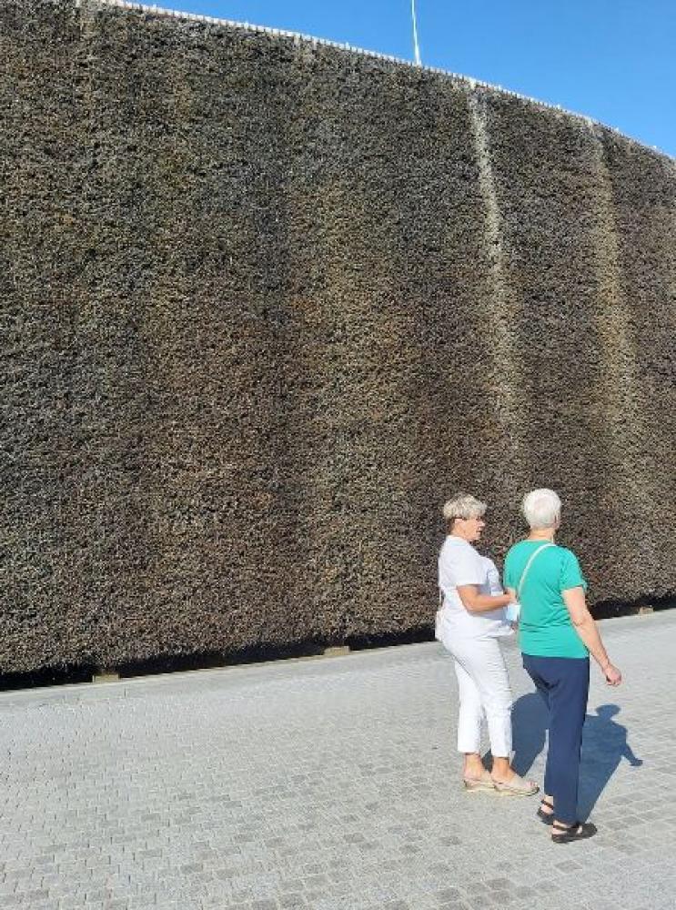 Na zdjęciu widać dwie kobiety stające tyłem przy teżni w Busko Zdroju.