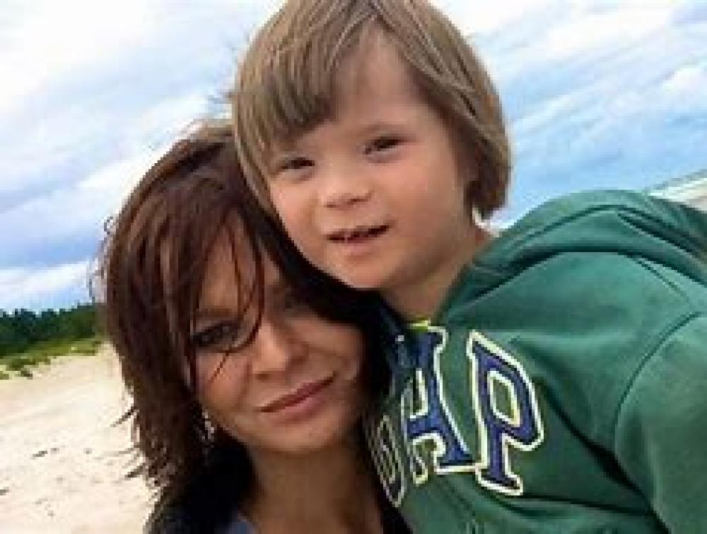 Zdjęcie przedstawia matkę z synem.