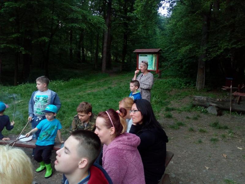INTEGRACYJNE SPOTKANIE UCZESTNIKÓW SZKOŁY DLA RODZICÓW. Ognisko w lesie w Goszczy