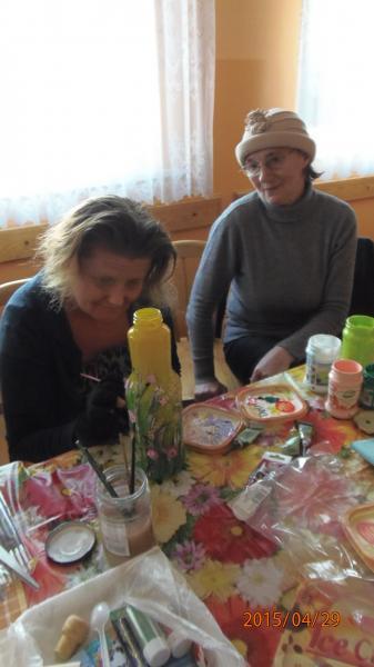 Malowanie na szkle w klubie seniora w Kopaszewie