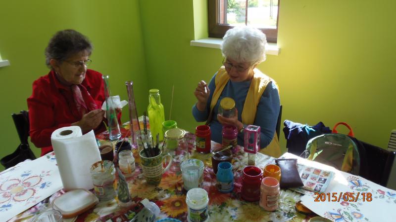 Warsztaty malowania na szkle w klubie seniora w Krzywiniu
