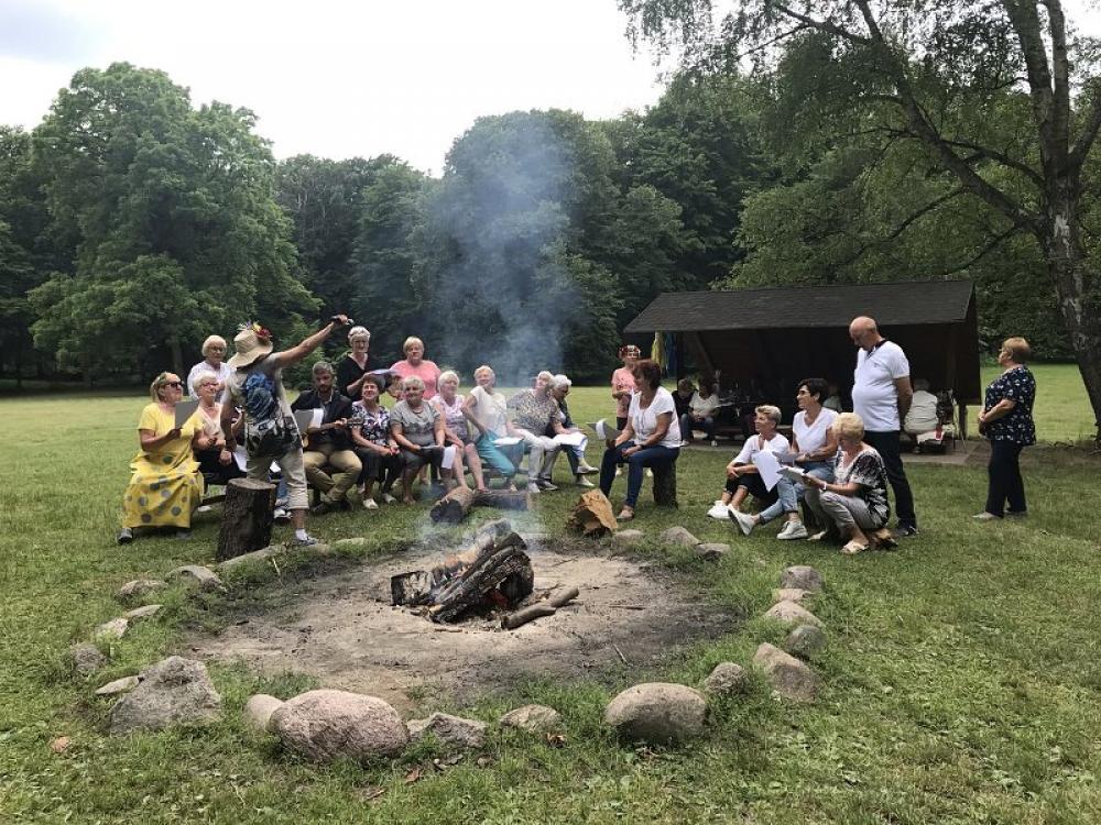 Seniorzy przy ognisku
