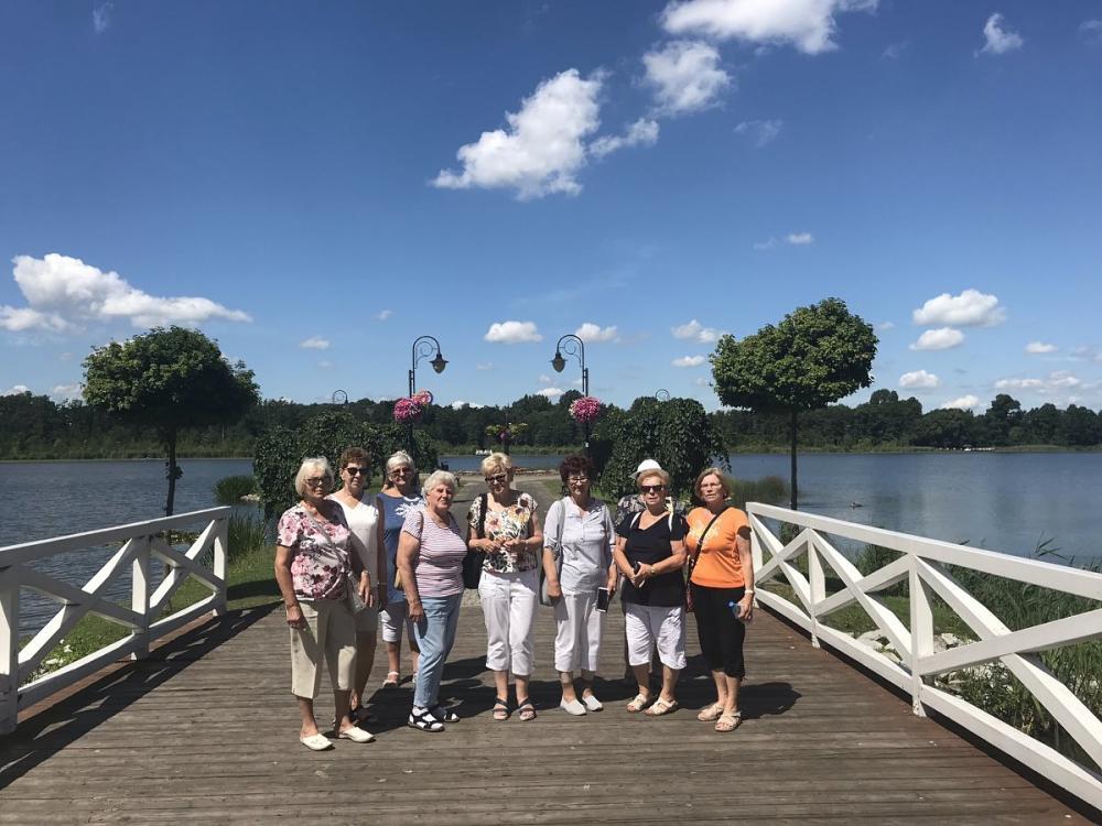 Seniorzy nad jeziorem