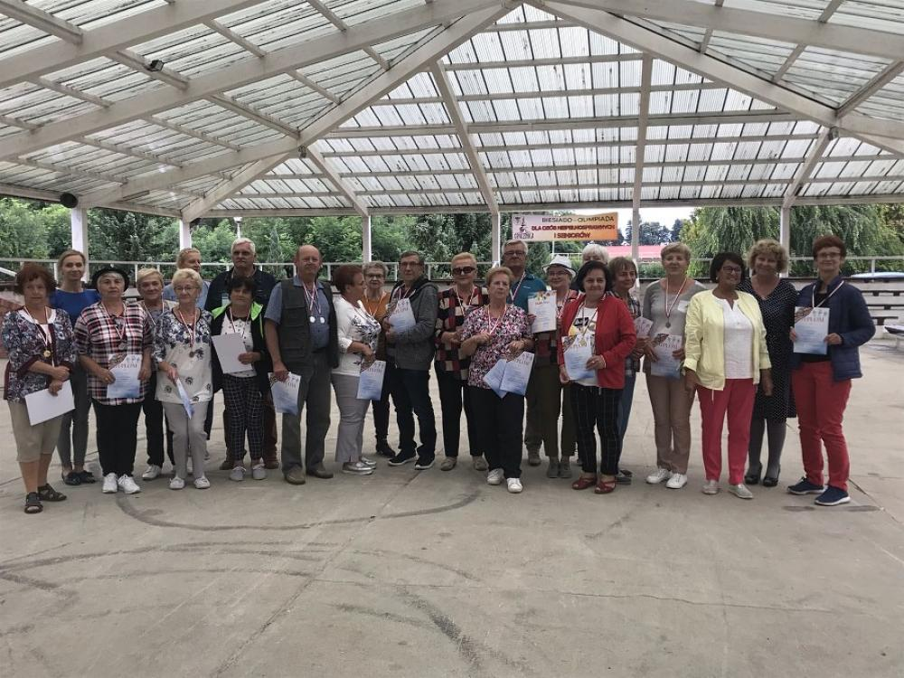 grupowe zdjęcie z dyplomami