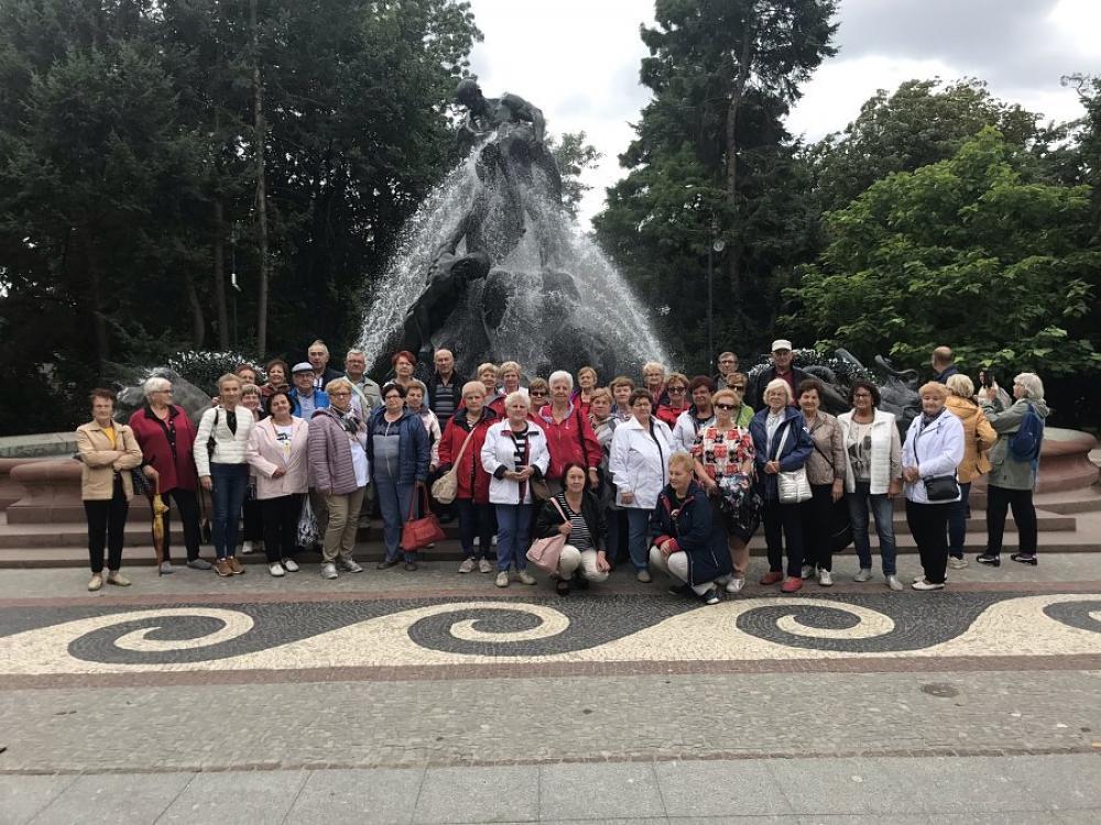 grupowe zdjęcie przy fontannie Potop