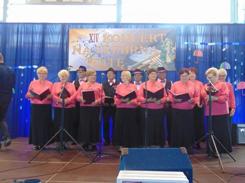 Wesołe Seniorki z  deszczową piosenką