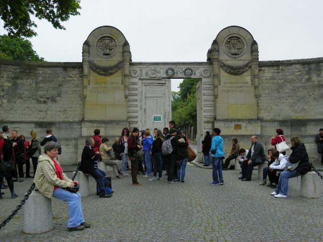 Przed wejściem na cmentarz Pere Lachaise