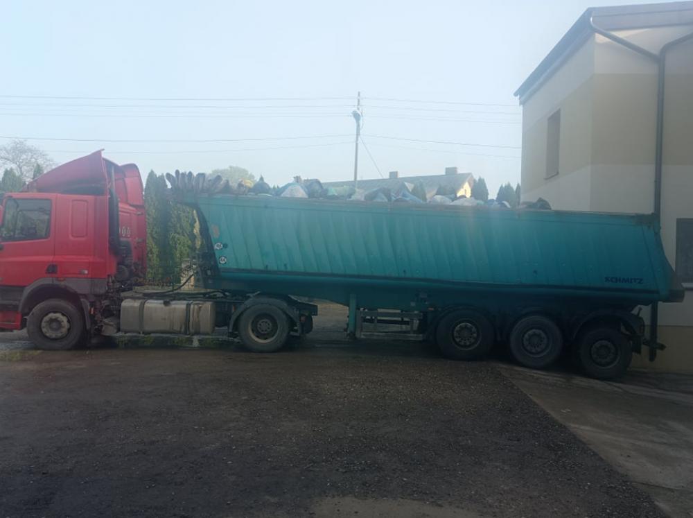 Samochód ciężarowy załadowany używanymi tekstyliami